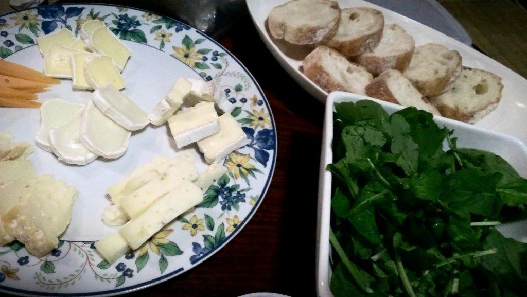 この日は、チーズ好きの住人さんが買ってきたチーズと、知り合いの農家さんが育てたルッコラ。毎週お世話になっている近所のパン屋さんのバケット。